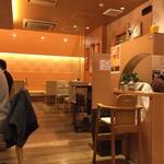 鶴亀飯店 - 明るくきれいな店内