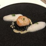 ア・ヴォートル・サンテ - 前菜2:帆立、イカスミのタリオリーニ、エシャロット
