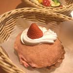 パネッテリア オークラ - 苺のカリカリボール ビスケット生地をまとったパンの中に苺ジャムとカスタードクリームがたっぷり