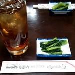岩手屋本店 - ウーロンハイとお通しの野沢菜漬け