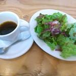 64672448 - ランチセットのコーヒー(少し飲んだ後)とサラダ