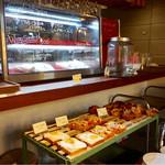 ムロマチカフェハチ - 手前のオープントーストやマフィンも美味しそうでした。 再訪決定!