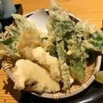 64673206 - 山菜の天ぷら。ふきのとうにたらの芽などに加えて、たけのこまで入った盛り合わせ。春の香りを存分に楽しむことができます。