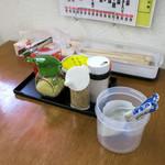 二軒茶屋 - 卓上の調味料。ネギもニンニクも投入しました。