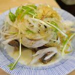"""大衆酒場 晩杯屋 - """"沼津産""""のかつおを使ったタタキはネギや香味野菜もたっぷり!"""