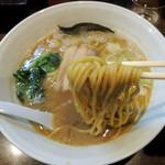豚蔵 - 2017年2月1日(水) ラーメン中(1.5玉)太麺のみ(750円) 麺リフト