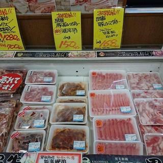 店頭にてお肉の販売もしております。