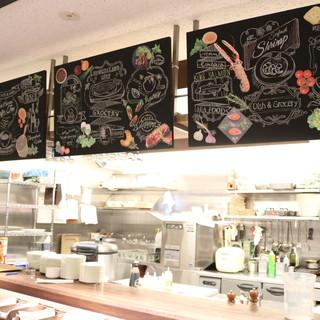 ■オープンキッチンの店内■