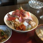 まんぷく処 まま屋 - 15種の海鮮がのる海鮮丼 1,300円  (ご飯少なめ)