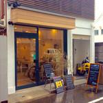 エスラスカフェ - 店舗外観(雨天時撮影)。