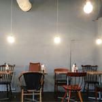 ティンバーズ カフェ ツキジ テーブル - お店の内装