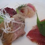 三笠会館 鵠沼店 - 冷製ローストビーフのサラダ仕立て、フランスバイヨンヌ産生ハムとフルーツ、三崎白身魚のお刺身サラダ グリーンペッパーソース