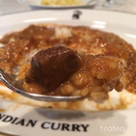 インデアンカレー - ククレカレー的粘度に柔めのご飯でカレースパイスの辛さでは無い辛さがあとから来るけど、水は飲まなくて大丈夫な感じ…肉の具はちょびっと
