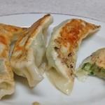 生駒軒 - 餃子は一個づつお母さんが丁寧に餡を包んで焼いてくれます、普通に美味しいです