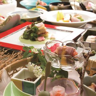 料理人の巧みを盛り込んだ会席料理の数々を五感で味わう