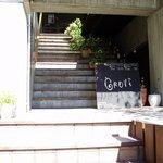 グローブカフェ - 2階に上がると入口まえにソファが☆
