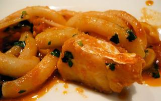 タボラ カルダ ミヤケ - マカロニを半分に切った感じ。魚の切り身がゴロゴロ入ってる。