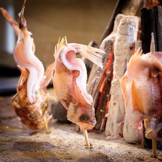 囲炉裏でじっくり火を通した炉端焼きは海鮮の旨み溢れる絶品!