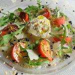 395スパイストウキョウ - プーリア産水牛チーズのサラダ