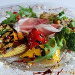 395スパイストウキョウ - 季節野菜のグリル サンダニエール産生ハムとバルサミコソース