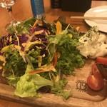 ステーキ&ビア ビストロ・パプリカ - サラダにはちゃんとパプリカが。