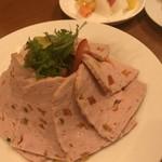 ステーキ&ビア ビストロ・パプリカ - 野菜入りのパテです。