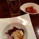 厨酒房ぱんどら - お通しは 紫キャベツ・バンバンジー、と ピリ辛おかき