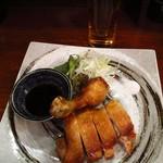 厨酒房ぱんどら - 油淋鶏  ¥890  塩と油淋鶏ソース、お好きな食べ方で頂きます