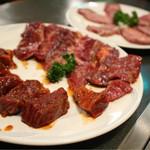 大門 - 料理写真:手前から、ぶつ切り焼、上ハラミ、上塩タン