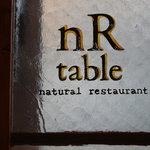 nR table - 窓に施された店名