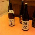 デイナイト - 入口の飾られていた日本酒の数々。