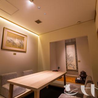 お座敷二部屋・テーブル個室二部屋の完全個室でお迎えします。