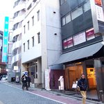 山猫亭 - この黒いビルです。近くにカラオケ館