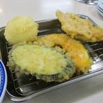 64744512 - 「あかね定食(中)」(930円)をいただきました。天ぷら第一陣はナス、カボチャ、ブタ、そして・・・つまんでご卵!