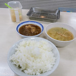 64744517 - 席につくとまずはご飯(中)、お味噌汁、天つゆがセットされます。