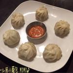 64745402 - ネパール風小籠包 MOMO(6コ/750円)♪                       モモはネパールの小籠包みたいな料理だけど、中のお肉がスパイシィでピリッとした辛さと一緒にジュワッと肉汁が広がる!逆にタレはあんまり辛くないw(°o°)w