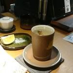 鮨処 べんてん - 鯛の骨酒。後ろの塩は天ぷら用のヤツ