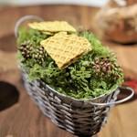 イレテテュヌフワ - 山菜を練り込んだ生地で、  コンテチーズ、クリームチーズをサンド