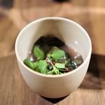 イレテテュヌフワ - 熊野地鶏のスープ  アサリのお出汁、  保美豚の豚バラ、  ハコベ