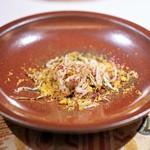 イレテテュヌフワ - 海老とウニ  春菊のパウダー、  ビーツのパウダー、  オーブンでコンフィした卵黄のパウダー、  カステルフランコ