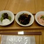 京都石塀小路 豆ちゃ - よもぎぜんさい、揚げ那須と小松菜のピリ辛あん、たけのこの梅肉和え
