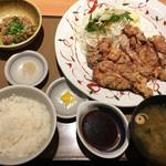 やよい軒 - 料理写真:鶏もも一枚揚げ定食(にんにく醤油)890円と納豆100円