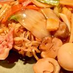 チンタンタン - 麺にはしっかり焼きが入っていました