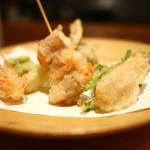 翏 - 季節の天ぷら(海老と牛蒡、海老頭、ふきのとう、じゃがいも、酒粕筍、せり、島らっきょう、そらまめ)