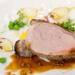 AMOUR - メインは山形豚。新玉ねぎにはミントのオイルが注がれていてサッパリ。非常に手が込んでいて美味しい!