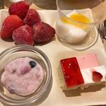 串家物語 - デザートバーより… 生のいちごは 冷凍なので  口直しに 最後に!なんて 思っていたら カッチカチで食べられませんよ〜!スタート時から テーブルの端に置いておくのが ベストです!!