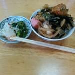 味覚亭 - ご飯の上にのっけた惣菜。小皿は酢の物