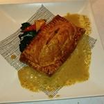 ビストロ アギャット - ヒラメとポルチーニとサクラエビを包んだパイ