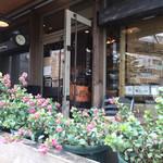 ハビットコーヒーバンク - 店舗の前に可愛いお花。