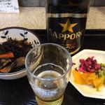 天里 - 瓶ビールと小鉢たち